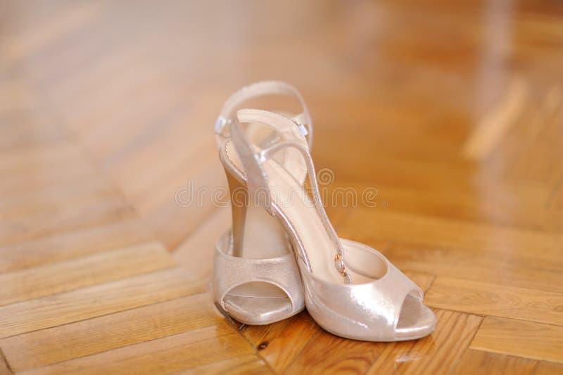 Sapatos de salto alto e noivo x27;s foto de stock