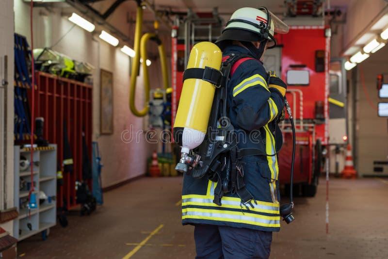 Sapeur-pompier avec le cylindre d'oxygène au corps de sapeurs-pompiers photo libre de droits