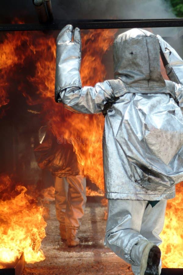 Sapeur-pompier avec le procès ignifuge image stock