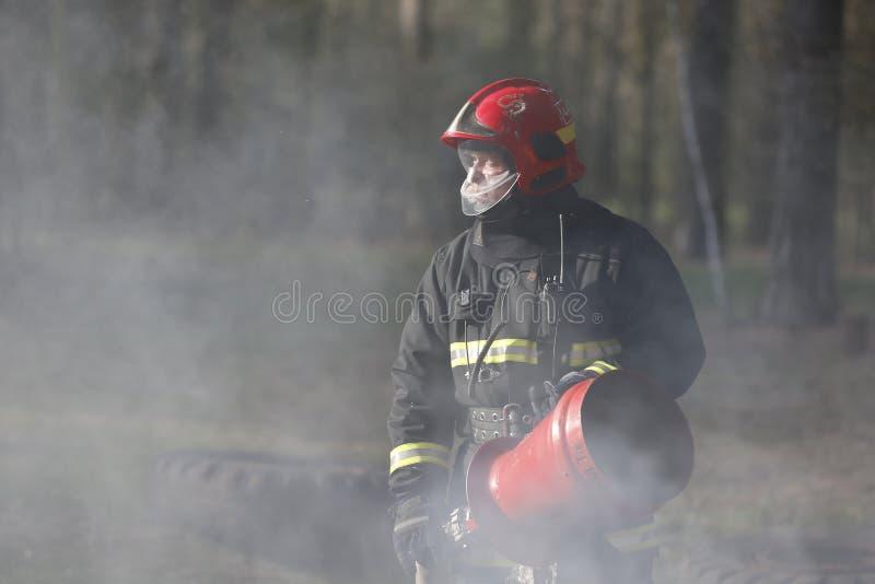Sapeur-pompier dans la fumée image libre de droits