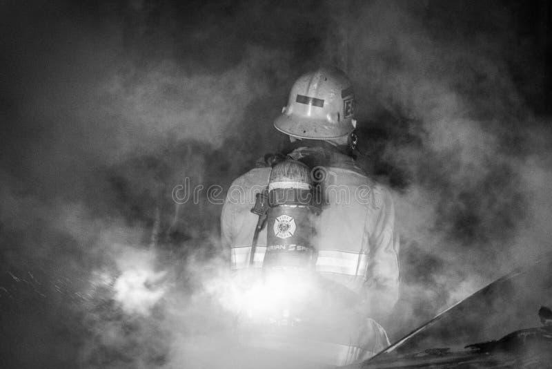 Sapeur-pompier dans la fumée photographie stock