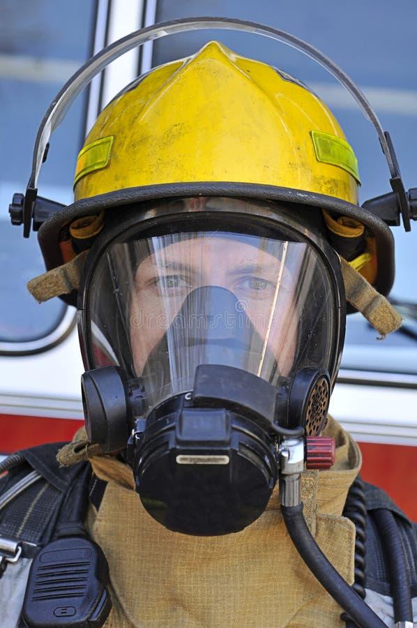 Sapeur-pompier dans le masque d'air images libres de droits