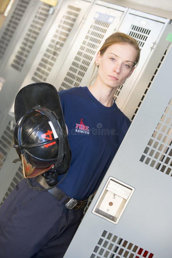 Sapeur-pompier dans le vestiaire de caserne de pompiers photo libre de droits