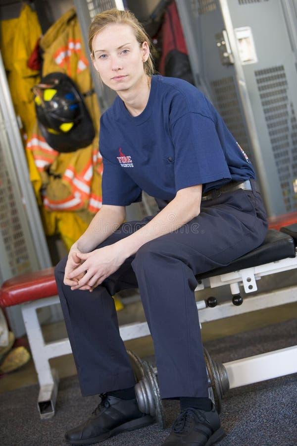 Sapeur-pompier dans le vestiaire de caserne de pompiers photos libres de droits