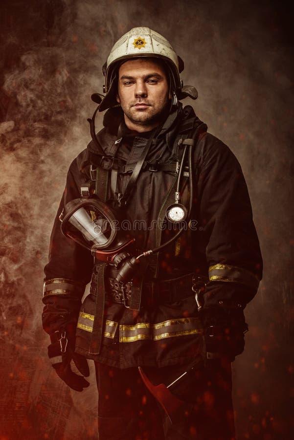 Sapeur-pompier dans une fumée photographie stock