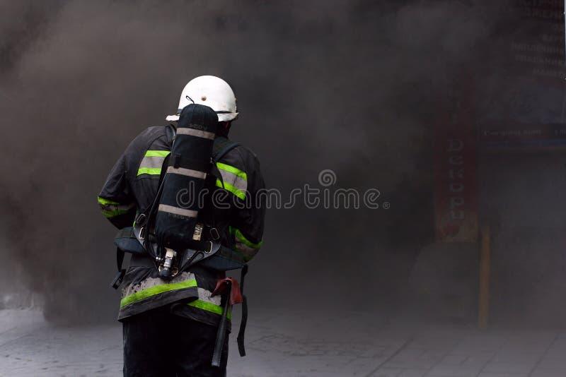 Sapeur-pompier, entrant dans un incendie. photos stock