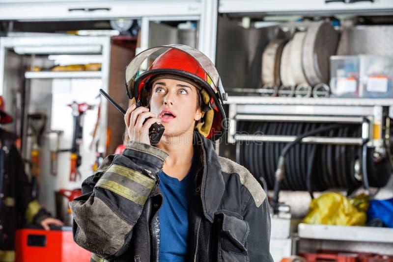 Sapeur-pompier féminin sûr Using Walkie Talkie photo libre de droits
