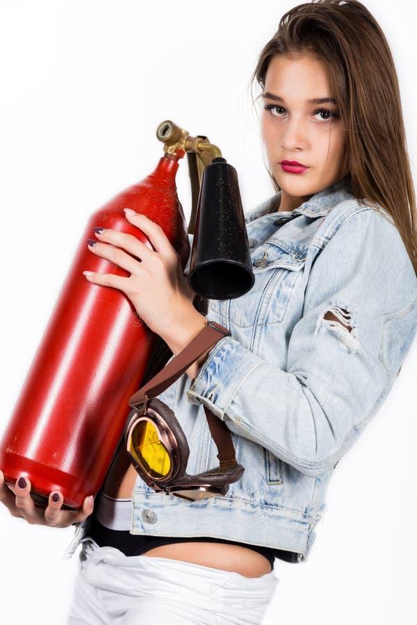 Sapeur-pompier féminin sensuel sexy avec un extincteur rouge image stock