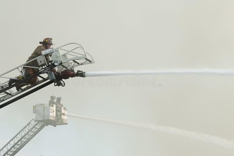 Sapeurs-pompiers aériens à la scène photo libre de droits