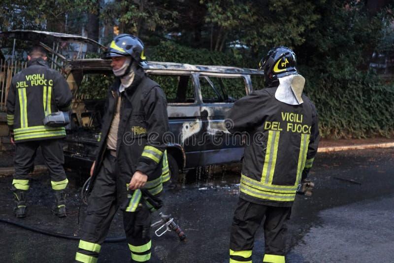 Sapeurs-pompiers au travail images libres de droits