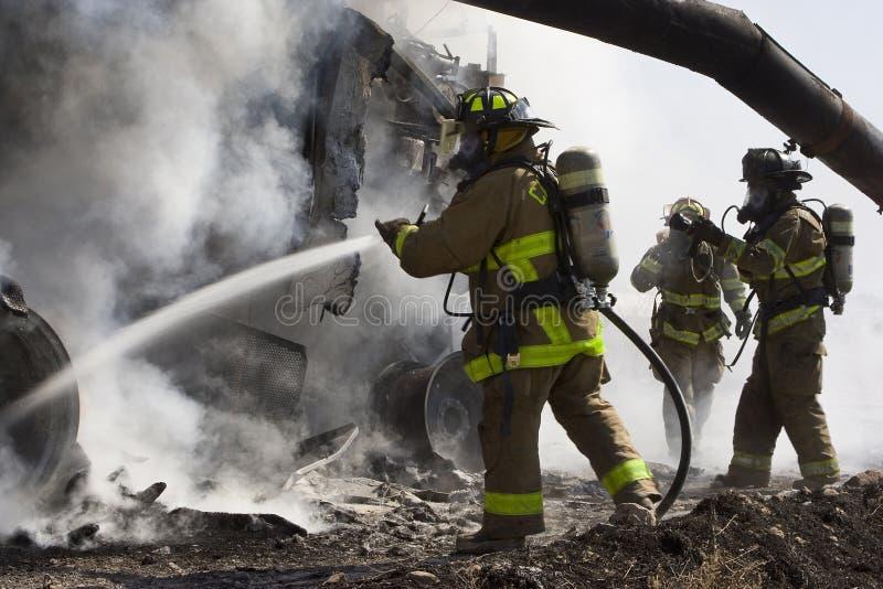 Sapeurs-pompiers dans l'action image libre de droits