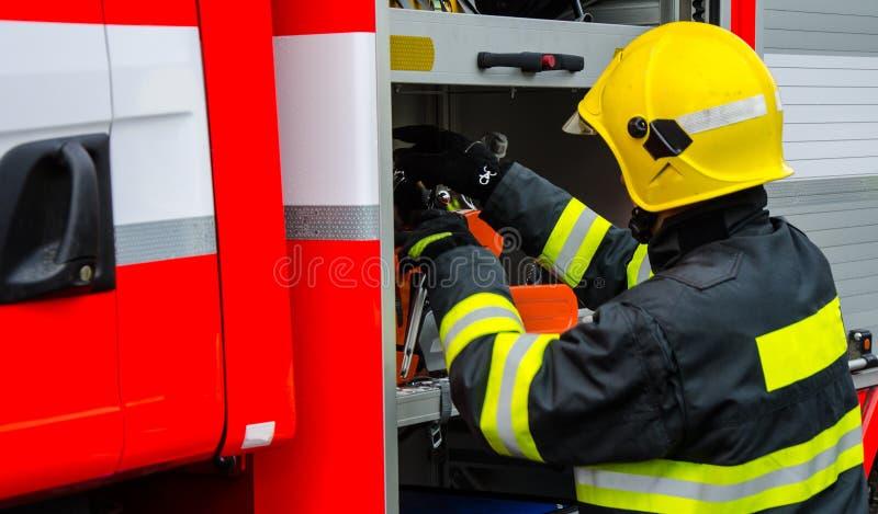 Sapeurs-pompiers dans l'action après une tempête venteuse image libre de droits