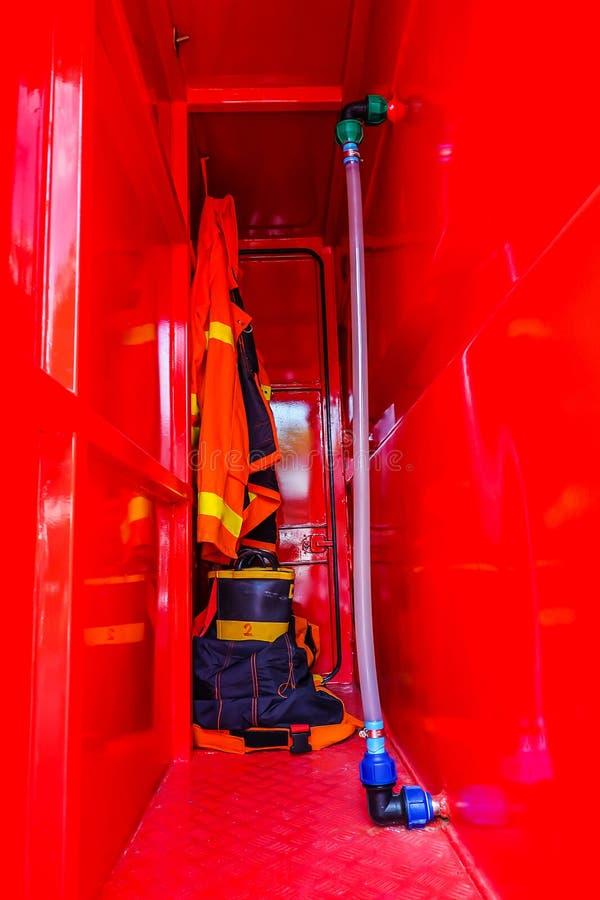 Sapeurs-pompiers dans l'uniforme ignifuge rouge images libres de droits