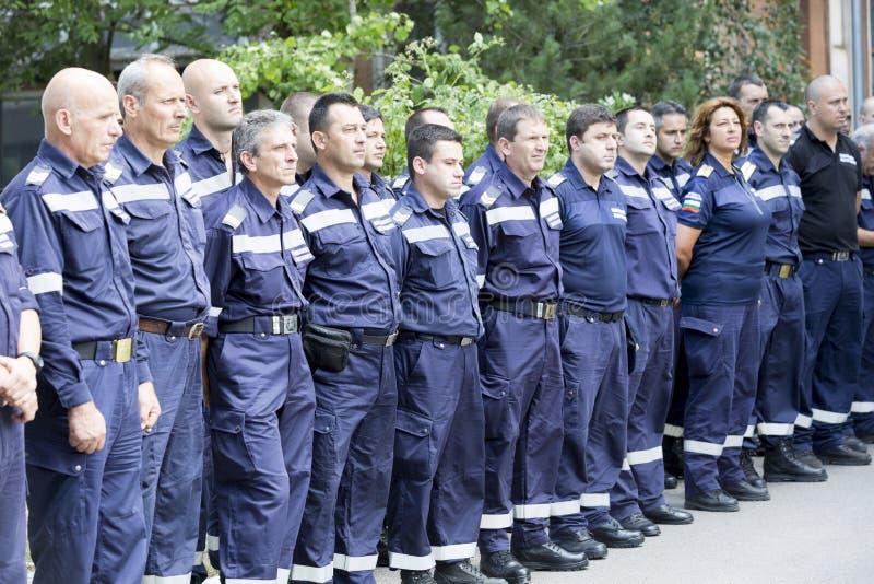 Sapeurs-pompiers dans la ligne images libres de droits