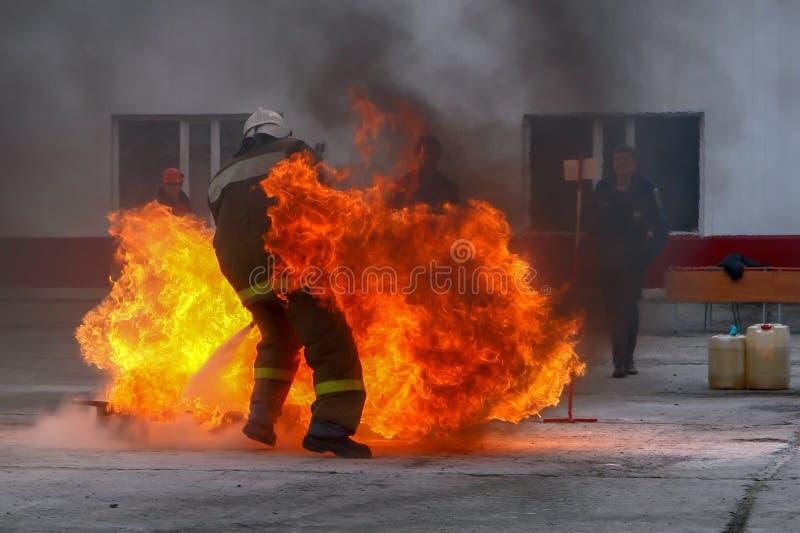 Sapeurs-pompiers de formation au polygone d'entraînement images libres de droits