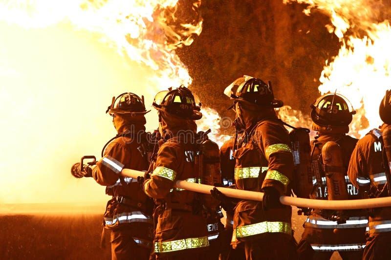Sapeurs-pompiers luttant des flammes images libres de droits
