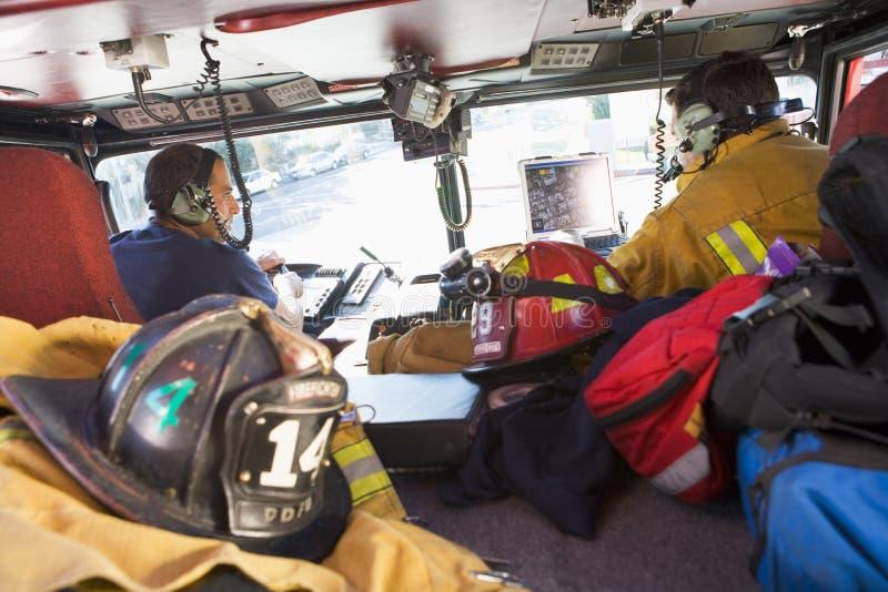Sapeurs-pompiers se déplaçant à une urgence image libre de droits