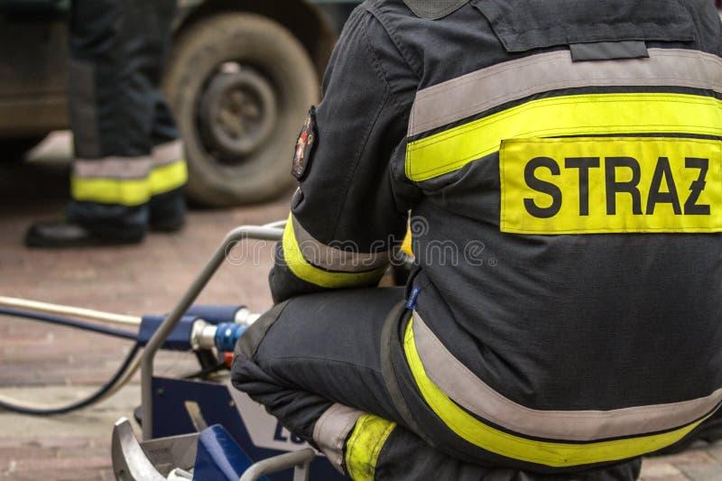 Sapeurs-pompiers travaillant à un dégagement automatique de véhicule images libres de droits