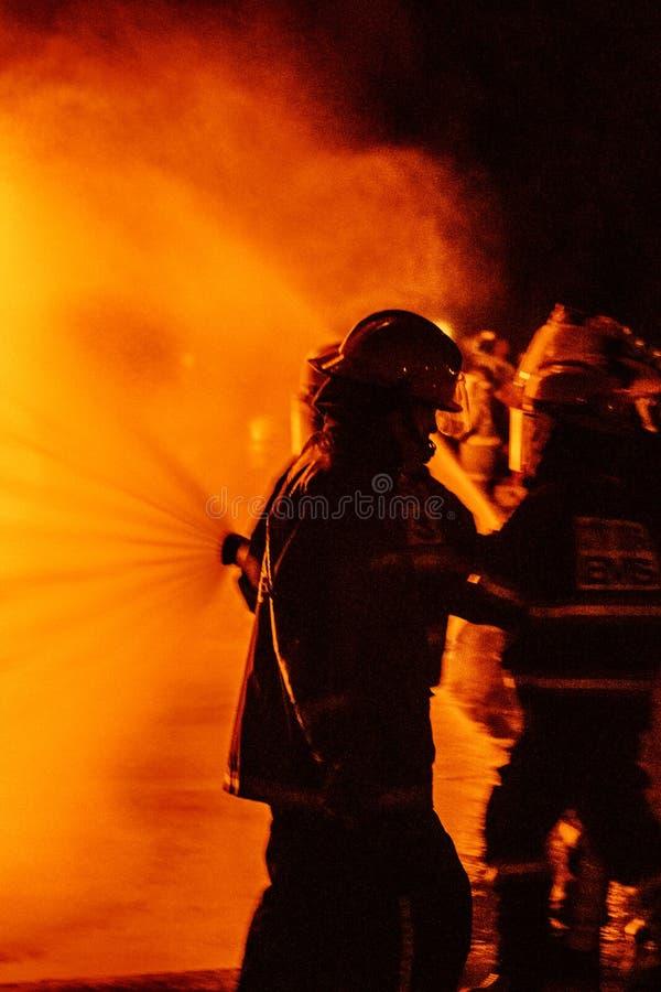 Sapeurs-pompiers travaillant un feu photos libres de droits