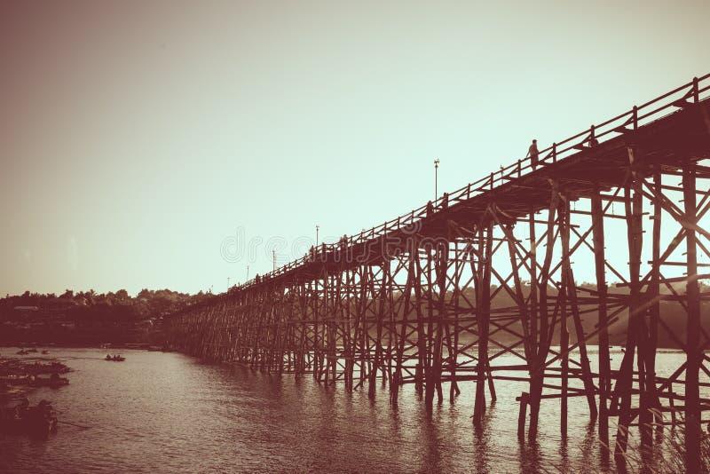 Saphan måndag träbro över floden i Sangkhlaburi Distri arkivfoto