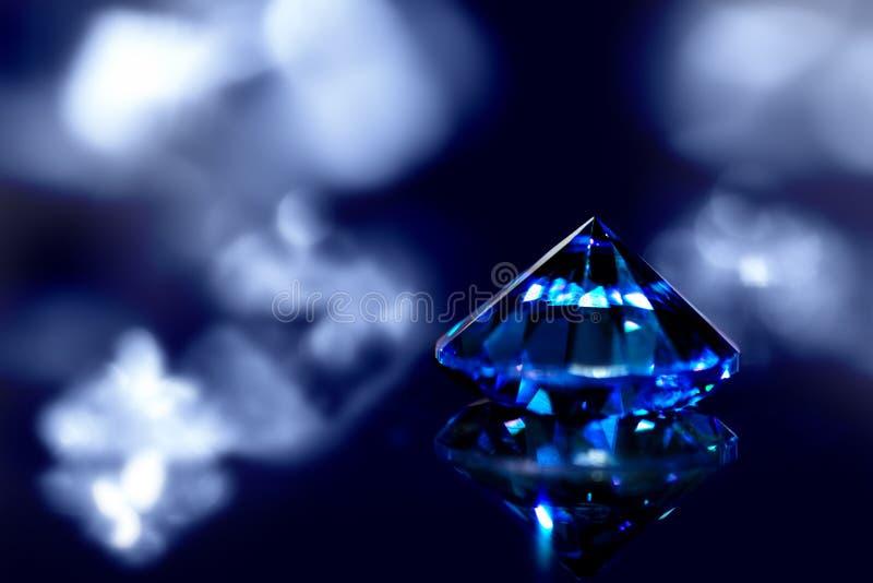 Saphir ou diamant bleu avec la brillant-coupe et le fond brillant photographie stock libre de droits