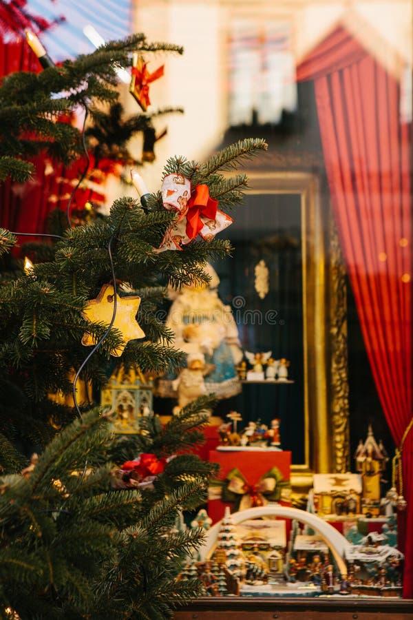 Sapin de Noël décoré des jouets sur le premier plan Foyer sélectif Décorations de fond de Noël célébration image stock