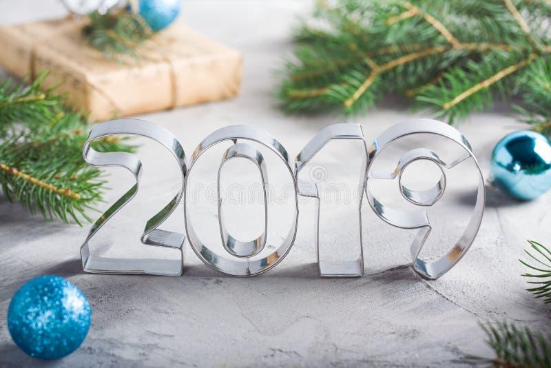Sapin 2019 métallique de boules de lettres de composition en bonne année photographie stock