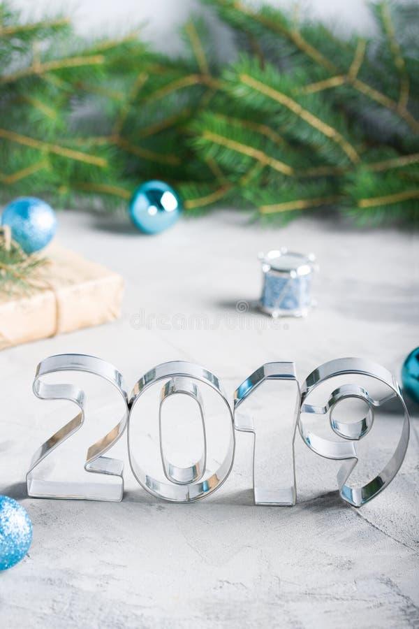 Sapin 2019 métallique de boules de lettres de composition en bonne année images libres de droits
