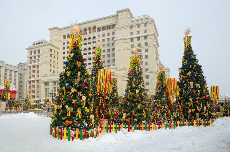 Sapins décorés avec des symboles de Shrovetide à Moscou, Russie images libres de droits