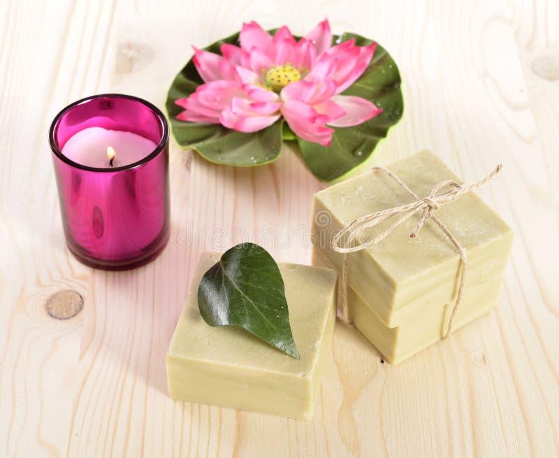 Sapone, asciugamano e candela organici della stazione termale fotografia stock