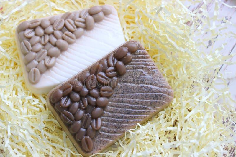 Sapone del caff? Sapone Handmade Il sapone del caffè sfrega isolato su un fondo leggero sapone del caffè, sapone per la stazione  fotografie stock
