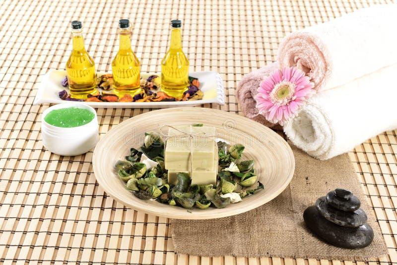 Sapone della stazione termale ed olio organici di massaggio fotografie stock libere da diritti