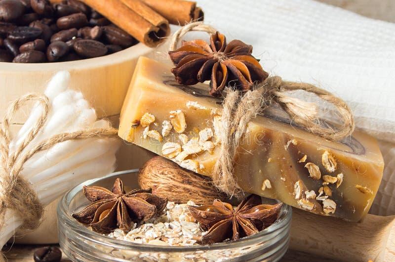 Sapone fatto a mano con i chicchi e le spezie di caffè su un backgroun di legno immagine stock libera da diritti