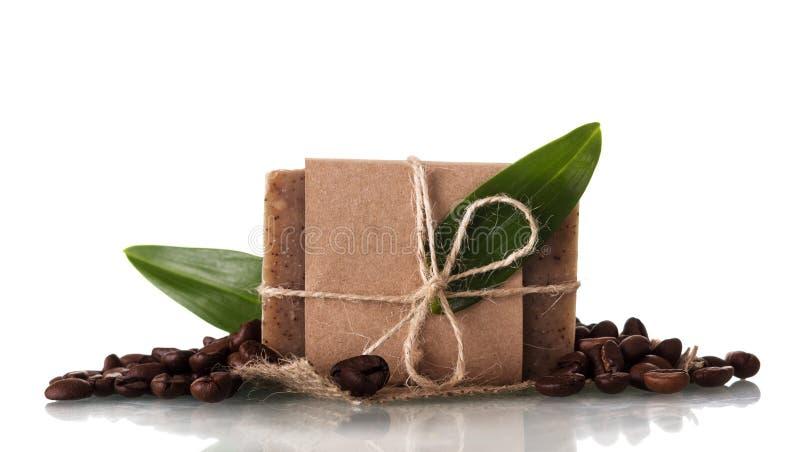 Sapone fatto a mano con l'aroma del caffè isolato su bianco immagini stock libere da diritti