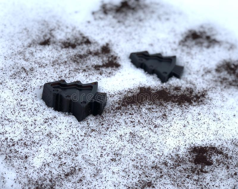 Sapone fatto a mano del caffè con le erbe, alberi nella neve bianca immagine stock libera da diritti