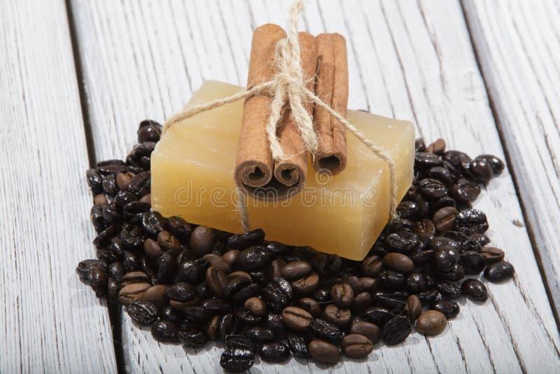 Sapone fatto a mano e caffè su fondo di legno immagine stock
