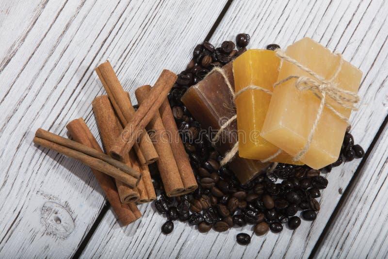Sapone fatto a mano e caffè su fondo di legno immagine stock libera da diritti