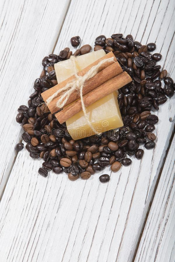 Sapone fatto a mano e caffè su fondo di legno fotografia stock libera da diritti
