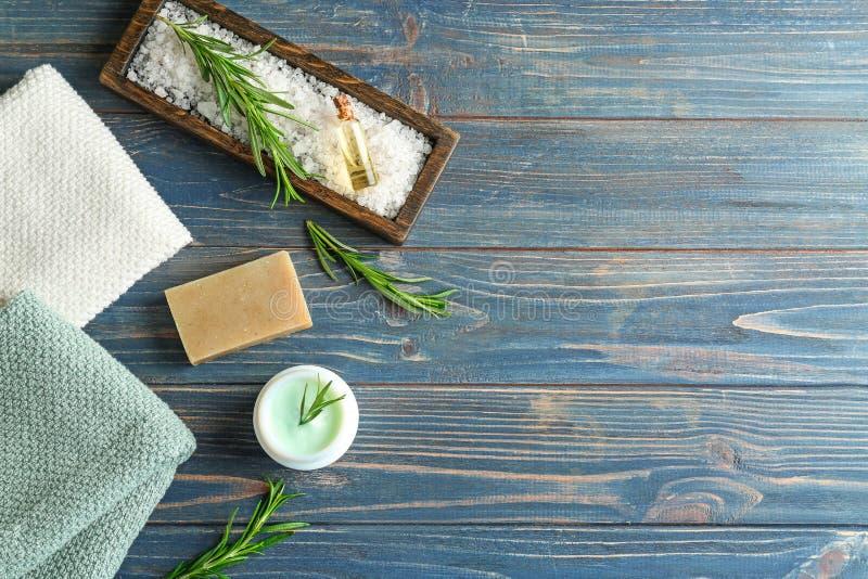 Sapone fatto a mano e crema con i rosmarini sulla tavola di legno immagini stock libere da diritti