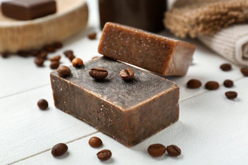 Sapone fatto a mano naturale con caffè sulla tavola di legno fotografia stock libera da diritti
