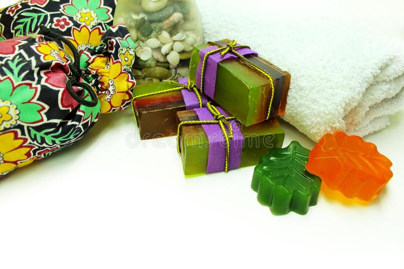 Sapone Handmade Saponeria Pezzi di sapone variopinti, borse delle erbe, asciugamano, conchiglie isolate su un bianco immagine stock