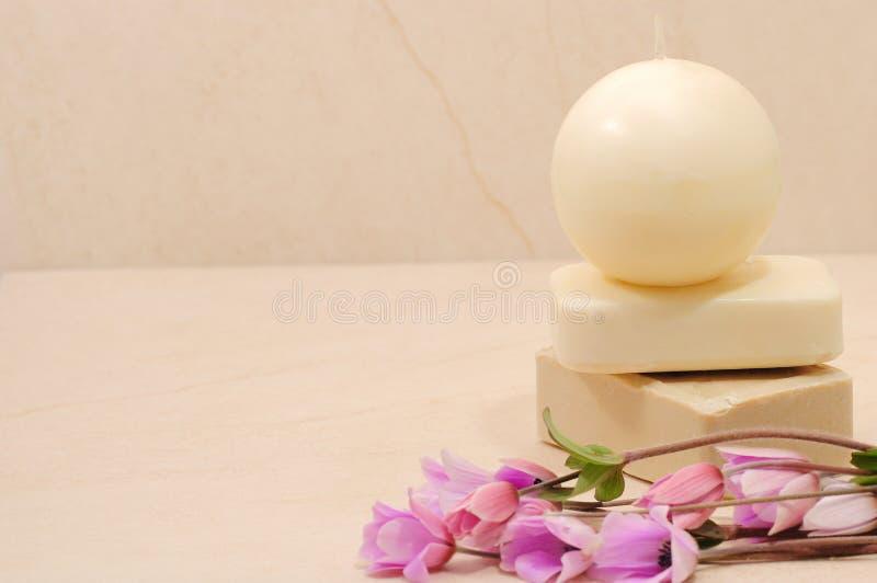 Saponi del miele nella stanza da bagno della stazione termale immagini stock libere da diritti