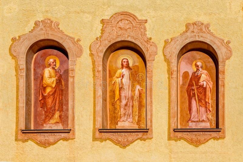 Sappada katolsk kyrkaväggmålningar arkivfoto