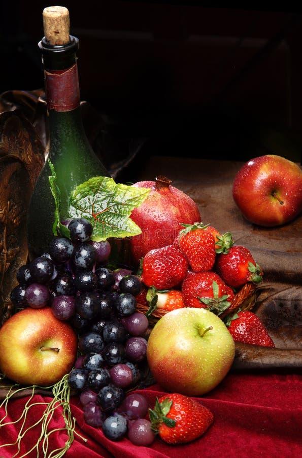 Sappig helder die fruit, met water, stilleven wordt bestrooid van seizoengebonden vruchten en bessen, copyspace, Klassiek Nederla stock afbeeldingen