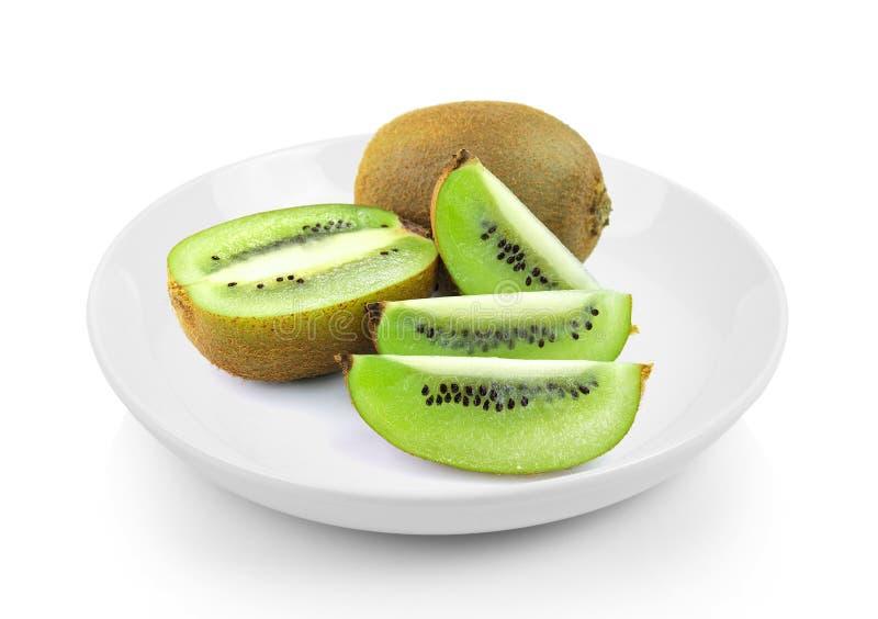 Sappig kiwifruit in plaat op witte achtergrond royalty-vrije stock foto
