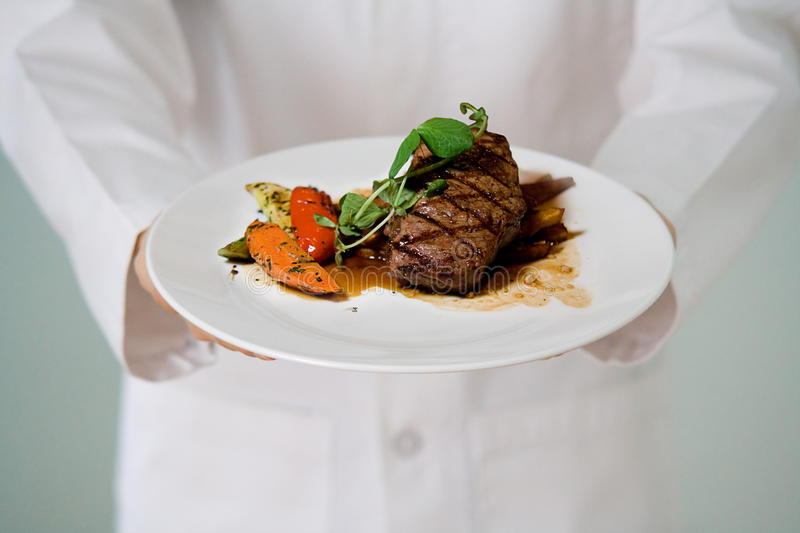 Sappig Lapje vlees dat door chef-kok wordt gediend stock afbeelding