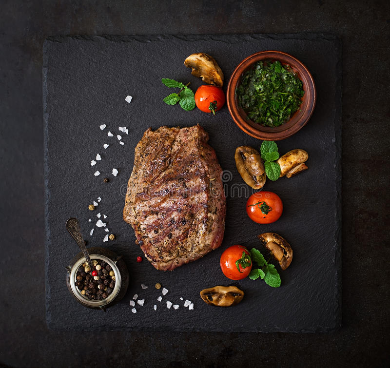 Sappig lapje vlees middelgroot zeldzaam rundvlees met kruiden en geroosterde groenten stock afbeelding