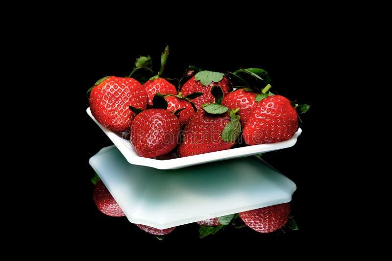 Sappige aardbeienclose-up op een zwarte achtergrond royalty-vrije stock afbeeldingen