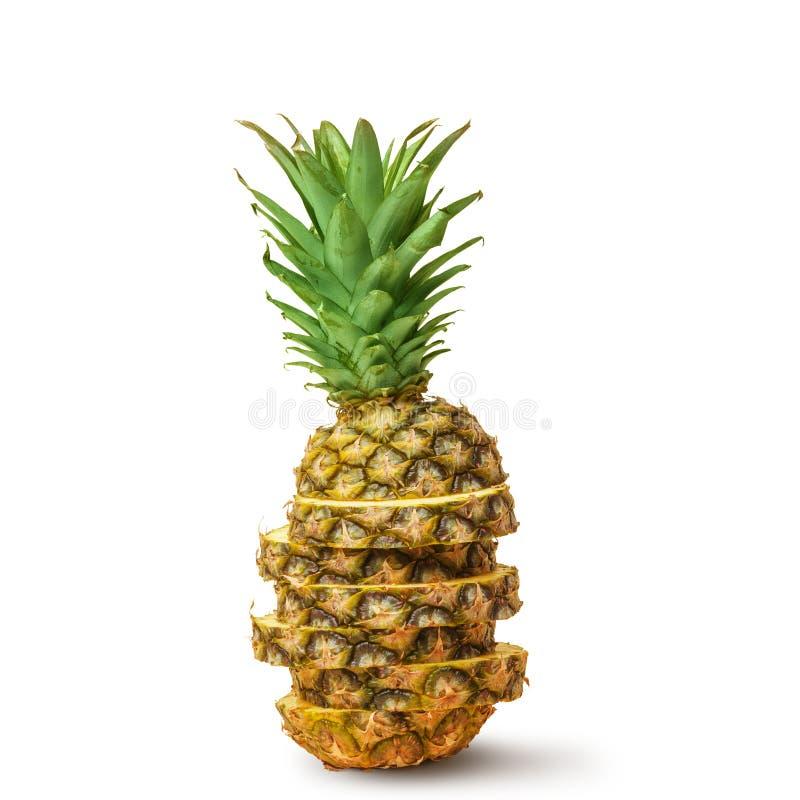 Sappige ananas, besnoeiing in stukken op een witte achtergrond Ge?soleerde stock afbeeldingen