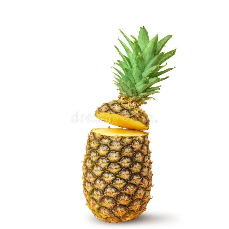 Sappige ananas, besnoeiing in stukken op een witte achtergrond Ge?soleerde stock foto
